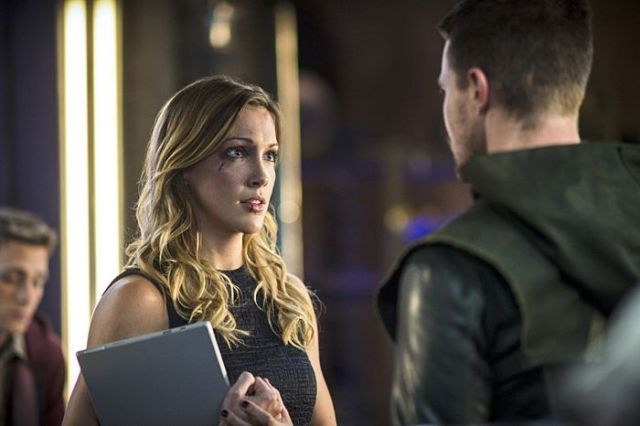 "Arrow -- ""The Magician"" Pictured (L-R): Katie Cassidy as Laurel Lance and Stephen Amell as Oliver Queen -- Photo: Ed Araquel/The CW -- © 2014 The CW Network, LLC. All Rights Reserved."