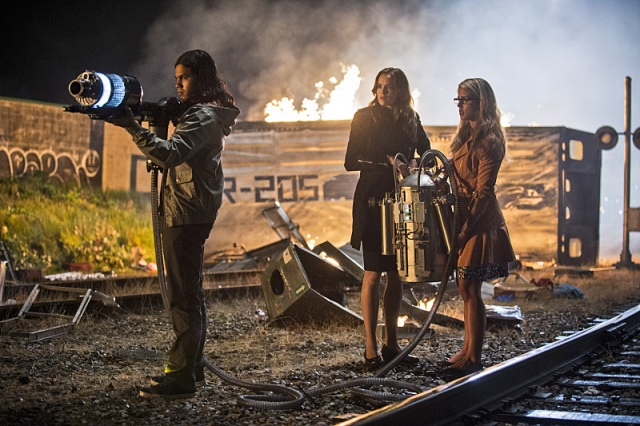 "The Flash -- ""Going Rogue"" Pictured (L-R): Carlos Valdes as Cisco Ramon, Danielle Panabaker as Caitlin Snow, and Emily Bett Rickards as Felicity Smoak -- Photo: Cate Cameron/The CW -- © 2014 The CW Network, LLC. All rights reserved."