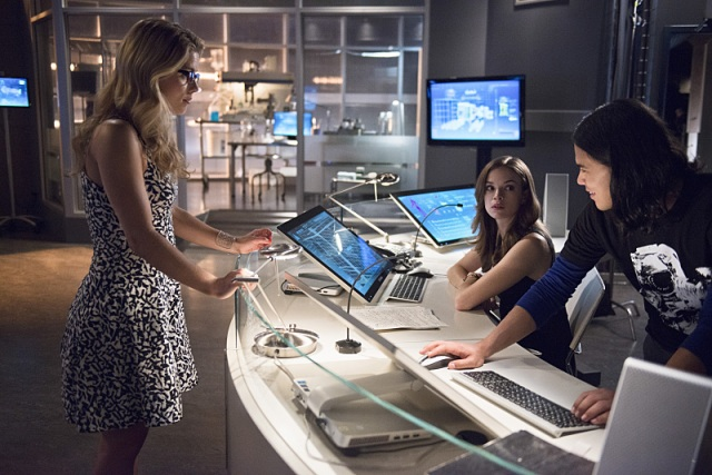 "The Flash -- ""Going Rogue"" Pictured (L-R): Emily Bett Rickards as Felicity Smoak, Danielle Panabaker as Caitlin Snow, and Carlos Valdes as Cisco Ramon -- Photo: Cate Cameron/The CW -- © 2014 The CW Network, LLC. All rights reserved."