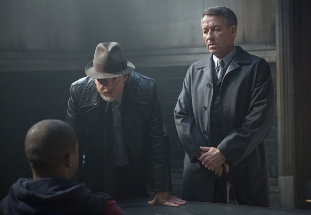 "GOTHAM: Detective Harvey Bullock (Donal Logue, C) and Alfred Pennyworth (Sean Pertwee, R) interview a suspect with information on Bruce and Selina's whereabouts in the ""Lovecraft"" episode of GOTHAM airing Monday, Nov. 24 (8:00-9:00 PM ET/PT) on FOX. ©2014 Fox Broadcasting Co. Cr: Jessica Miglio/FOX"