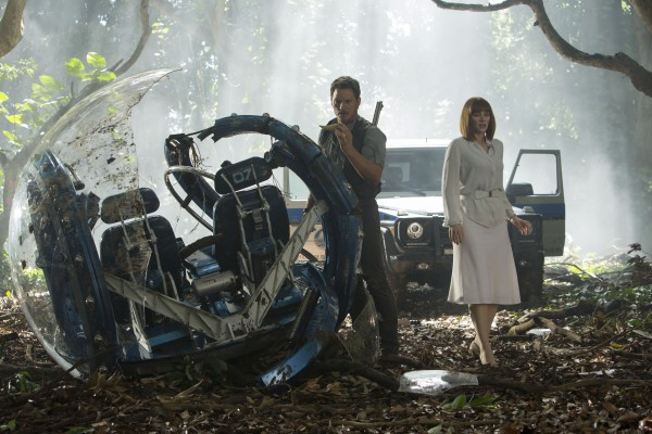 Jurassic World_Chris Pratt and Bryce Dallas