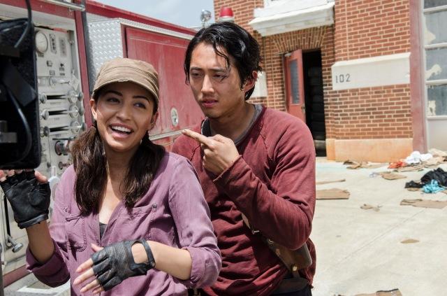 Christian Serratos as Rosita Espinosa and Steven Yeun as Glenn Rhee - The Walking Dead _ Season 5, Episode 5 _ BTS - Photo Credit: Gene Page/AMC