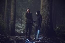 """Arrow -- """"The Return"""" -- Image AR314B_0280b -- Pictured (L-R): Stephen Amell as Oliver Queen and Willa Holland as Thea Queen -- Photo: Cate Cameron/The CW -- © 2015 The CW Network, LLC. All Rights Reserved."""