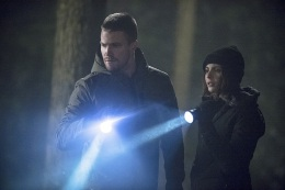 """Arrow -- """"The Return"""" -- Image AR314B_0316b -- Pictured (L-R): Stephen Amell as Oliver Queen and Willa Holland as Thea Queen -- Photo: Cate Cameron/The CW -- © 2015 The CW Network, LLC. All Rights Reserved."""