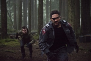 """Arrow -- """"The Return"""" -- Image AR314B_0005b -- Pictured (L-R): Stephen Amell as Oliver Queen and Manu Bennett as Slade Wilson -- Photo: Cate Cameron/The CW -- © 2015 The CW Network, LLC. All Rights Reserved."""