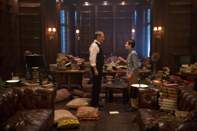 """GOTHAM: Alfred (Sean Pertwee, L) and Bruce (David Mazouz, R) find something in the """"All Happy Families Are Alike"""" episode of GOTHAM airing Monday, May 4 (8:00-9:00 PM ET/PT) on FOX. ©2015 Fox Broadcasting Co. Cr: Jessica Miglio/FOX"""