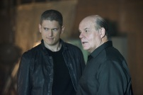 """The Flash -- """"Family of Rogues"""" -- Image FLA203b_0083b.jpg -- Pictured (L-R): Wentworth Miller as Leonard Snart and Mark Hamill as James Jesse -- Photo: Diyah Pera/The CW -- © 2015 The CW Network, LLC. All rights reserved."""