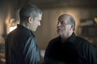 """The Flash -- """"Family of Rogues"""" -- Image FLA203b_0190b.jpg -- Pictured (L-R): Wentworth Miller as Leonard Snart and Mark Hamill as James Jesse -- Photo: Diyah Pera/The CW -- © 2015 The CW Network, LLC. All rights reserved."""