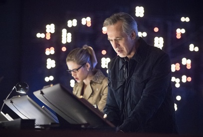 """Arrow -- """"Monument Point"""" -- Image AR421b_0049b.jpg -- Pictured (L-R): Emily Bett Rickards as Felicity Smoak and Tom Amandes as Noah Kuttler/Calculator -- Photo: Dean Buscher/The CW -- © 2016 The CW Network, LLC. All Rights Reserved."""
