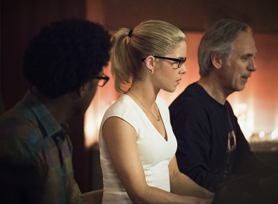 "Arrow -- ""Lost in the Flood"" -- Image AR422a_0437b.jpg -- Pictured (L-R): Echo Kellum as Curtis Holt, Emily Bett Rickards as Felicity Smoak and Tom Amandes as Noah Kuttler/Calculator -- Photo: Dean Buscher/The CW -- © 2016 The CW Network, LLC. All Rights Reserved."