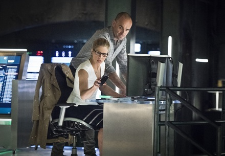 "Arrow -- ""Lost in the Flood"" -- Image AR422a_0009b.jpg -- Pictured (L-R): Emily Bett Rickards as Felicity Smoak and Paul Blackthorne as Detective Quentin Lance -- Photo: Dean Buscher/The CW -- © 2016 The CW Network, LLC. All Rights Reserved."