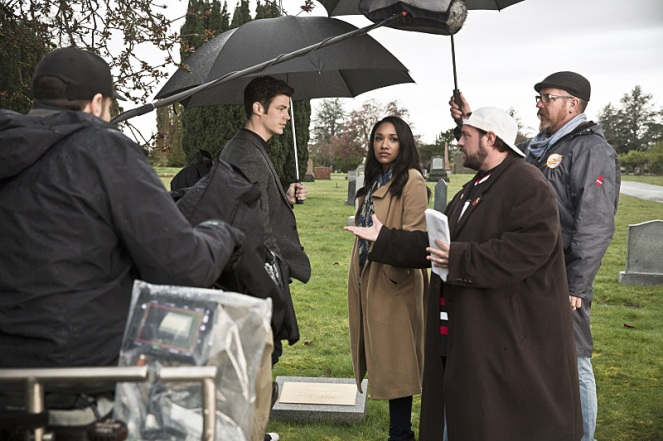 "The Flash -- "" The Runaway Dinosaur"" -- Image: FLA221b_bts_0320b.jpg -- Pictured (L-R): Behind the scenes with Grant Gustin as Barry Allen, Candice Patton as Iris West and Kevin Smith -- Photo: Katie Yu/The CW -- © 2016 The CW Network, LLC. All rights reserved."