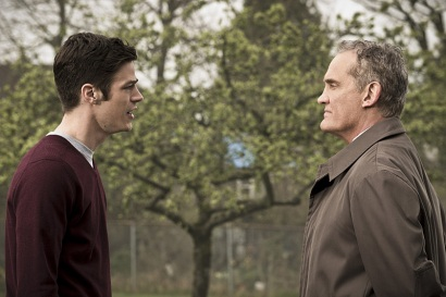 """The Flash -- """" The Runaway Dinosaur"""" -- Image: FLA221b_0014b.jpg -- Pictured (L-R): Grant Gustin as Barry Allen and John Wesley Shipp as Henry Allen -- Photo: Katie Yu/The CW -- © 2016 The CW Network, LLC. All rights reserved."""