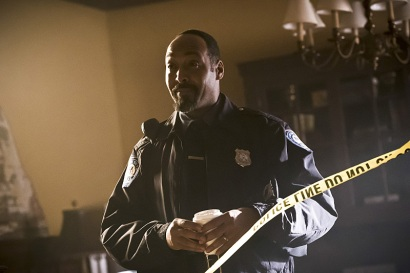 """The Flash -- """" The Runaway Dinosaur"""" -- Image: FLA221a_0027b.jpg -- Pictured: Jesse L. Martin as Detective Joe West -- Photo: Katie Yu/The CW -- © 2016 The CW Network, LLC. All rights reserved."""