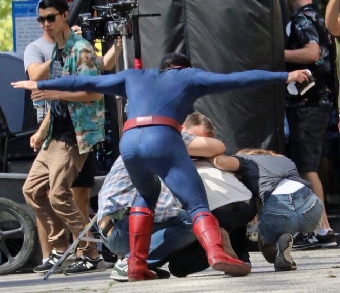 Supergirl_Season 2_Tyler Hoechlin_Set Photo (2)