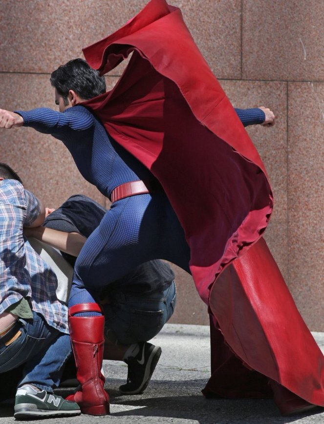 Supergirl_Season 2_Tyler Hoechlin_Set Photo (3)