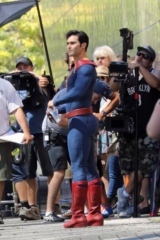 Supergirl_Season 2_Tyler Hoechlin_Set Photo (4)