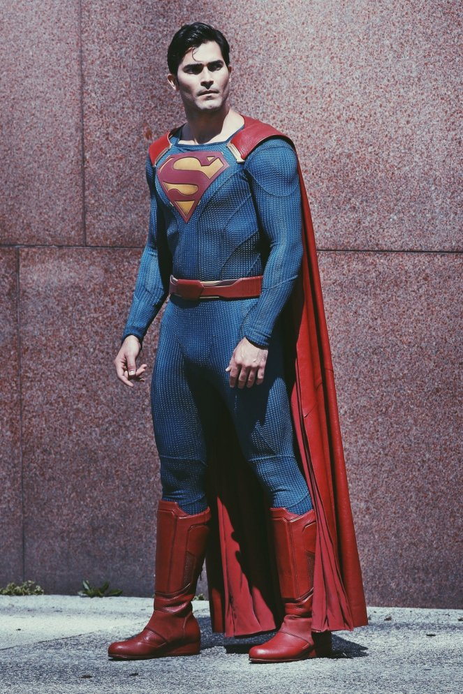 Supergirl_Season 2_Tyler Hoechlin_Set Photo