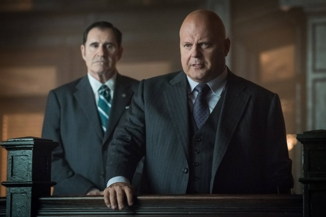 "GOTHAM: L-R: Guest star Richard Kind and  Michael Chiklis in the ""Mad City: Better to Reign in Hell…"" season premiere episode of GOTHAM airing airing Monday, Sept. 19 (8:00-9:01 PM ET/PT) on FOX.  ©2015 Fox Broadcasting Co. Cr: Jeff Neumann/FOX."