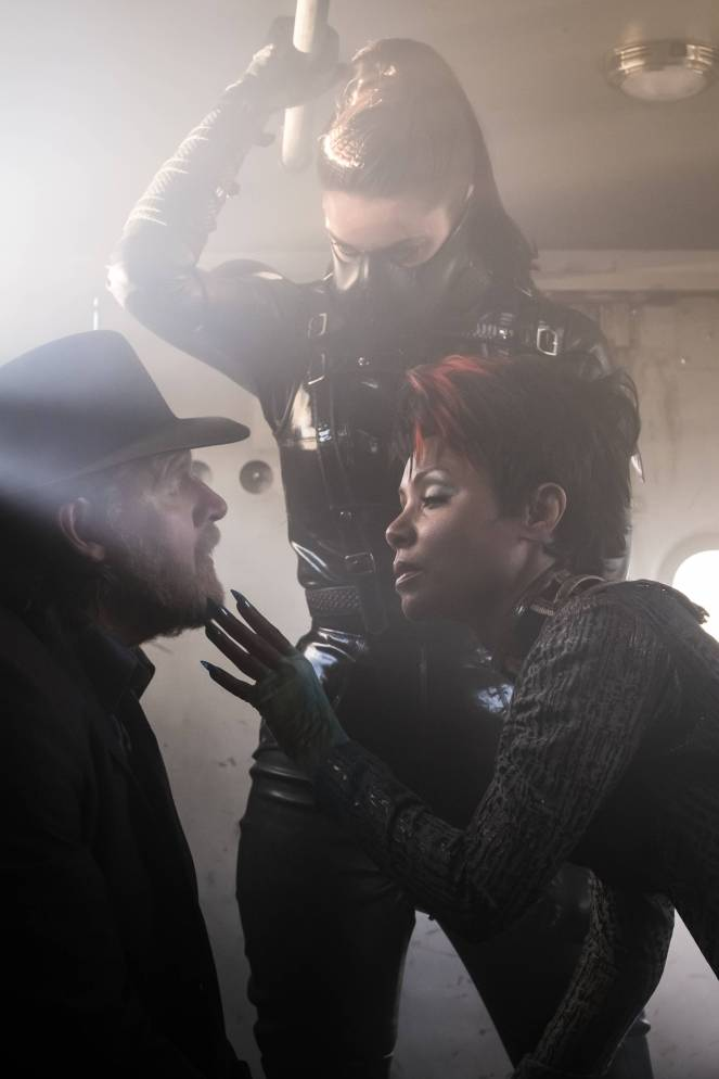 GOTHAM: L-R: Donal Logue and guest star Jada Pinkett Smith in the ÒMad City: Burn The WitchÓ episode of GOTHAM airing airing Monday, Sept. 26 (8:00-9:01 PM ET/PT) on FOX. ©2016 Fox Broadcasting Co. Cr: Jeff Neumann/FOX.