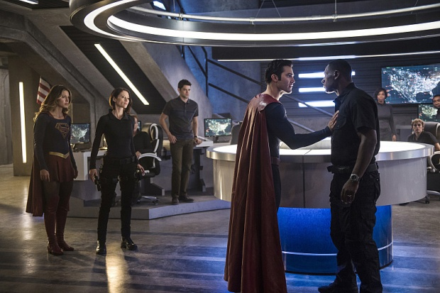 "Supergirl -- ""The Last Children of Krypton"" -- Image SPG202b_0058 -- Pictured (L-R): Melissa Benoist Kara/Supergirl, Chyler Leigh as Alex Danvers, Jeremy Jordan as Winn Schott, Tyler Hoechlin as Clark/Superman, and David Harewood as Hank Henshaw -- Photo: Diyah Pera/The CW -- © 2016 The CW Network, LLC. All Rights Reserved"