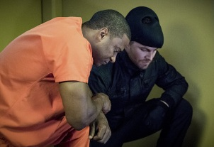 """Arrow -- """"Penance"""" -- Image AR504b_0002b.jpg -- Pictured (L-R): David Ramsey as John Diggle and Stephen Amell as Oliver Queen -- Photo: Dean Buscher/The CW -- © 2016 The CW Network, LLC. All Rights Reserved."""
