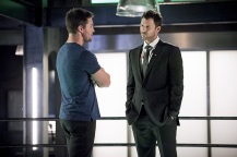 "Arrow -- ""Human Target"" -- Image AR505a_0056b.jpg -- Pictured (L-R): Stephen Amell as Oliver Queen and Will Traval as Christopher Chance/Human Target -- Photo: Dean Buscher/The CW -- © 2016 The CW Network, LLC. All Rights Reserved."