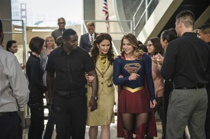 """Supergirl -- """"Welcome to Earth"""" -- Image SPG203c_0312 -- Pictured (L-R): David Harewood as Hank Henshaw, Lynda Carter as President Olivia Marsdin, Melissa Benoist as Kara/Supergirl, -- Photo: Diyah Pera/The CW -- © 2016 The CW Network, LLC. All Rights Reserved"""