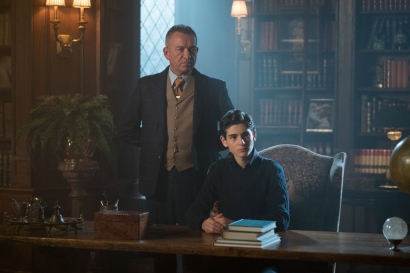 GOTHAM: L-R: Sean Pertwee and David Mazouz in the ÒMad City: Smile Like You Mean ItÓ episode of GOTHAM airing Monday, Jan. 23 (8:00-9:01 PM ET/PT) on FOX. Cr: Jessica Miglio/FOX.