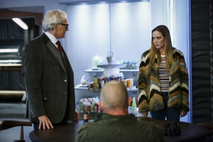 "DC's Legends of Tomorrow --""Raiders of the Lost Art""-- LGN209a_0109.jpg -- Pictured (L-R): Victor Garber as Professor Martin Stein and Caity Lotz as Sara Lance/White Canary -- Photo: Bettina Strauss/The CW -- © 2017 The CW Network, LLC. All Rights Reserved"